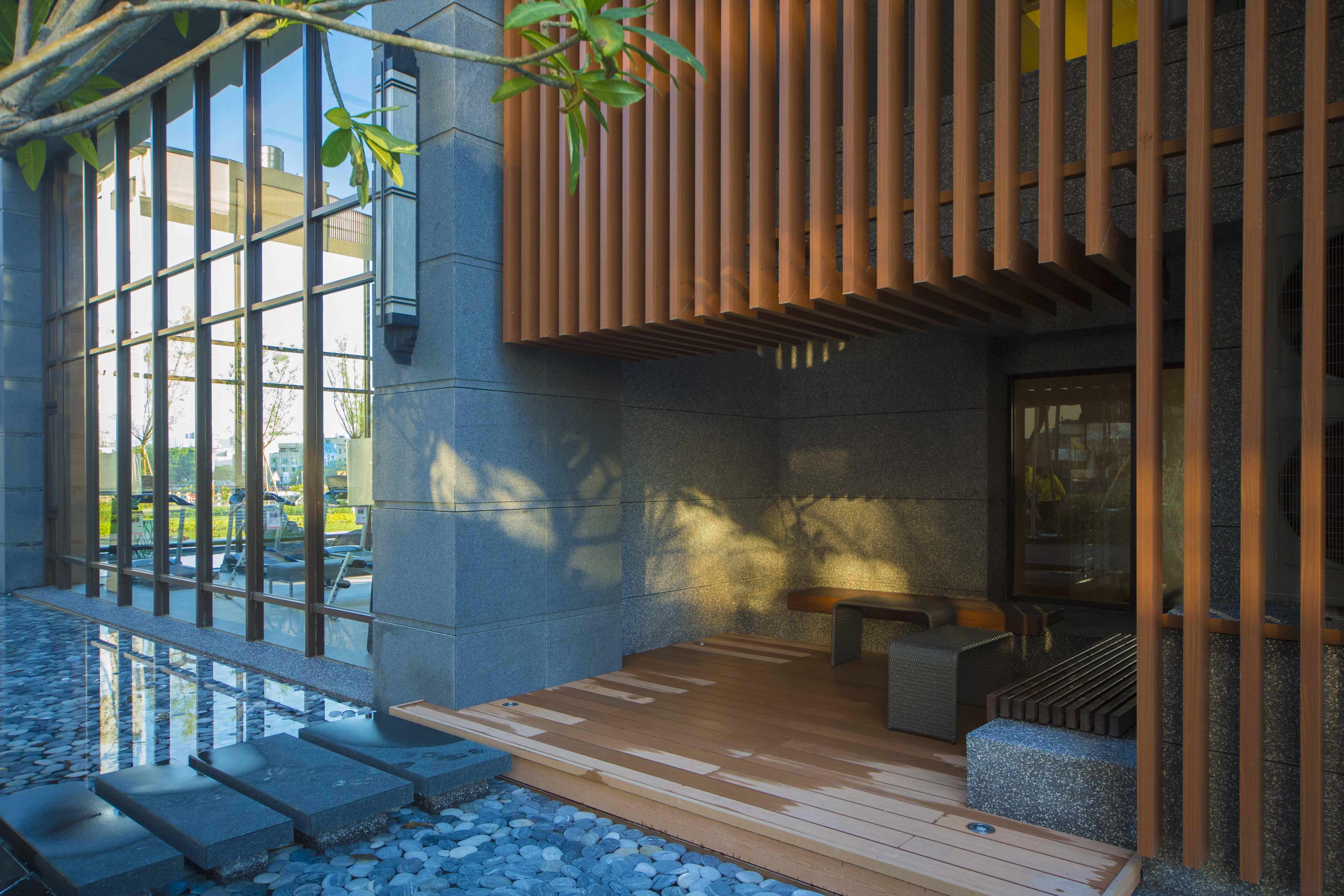 柚木、鐵刀木、南方松….;以自然原生木材線條紋理構建人文氣質氛圍。自然、健康、舒適;用原木特有的柔性及韌性替代生硬的人工鋼鐵、水泥,捨棄過多的人造加工元素,將木材格柵元素與鐵件接合設計;,讓家居生活留下一抹久違的寧靜悠閒。生活從這理開始…………