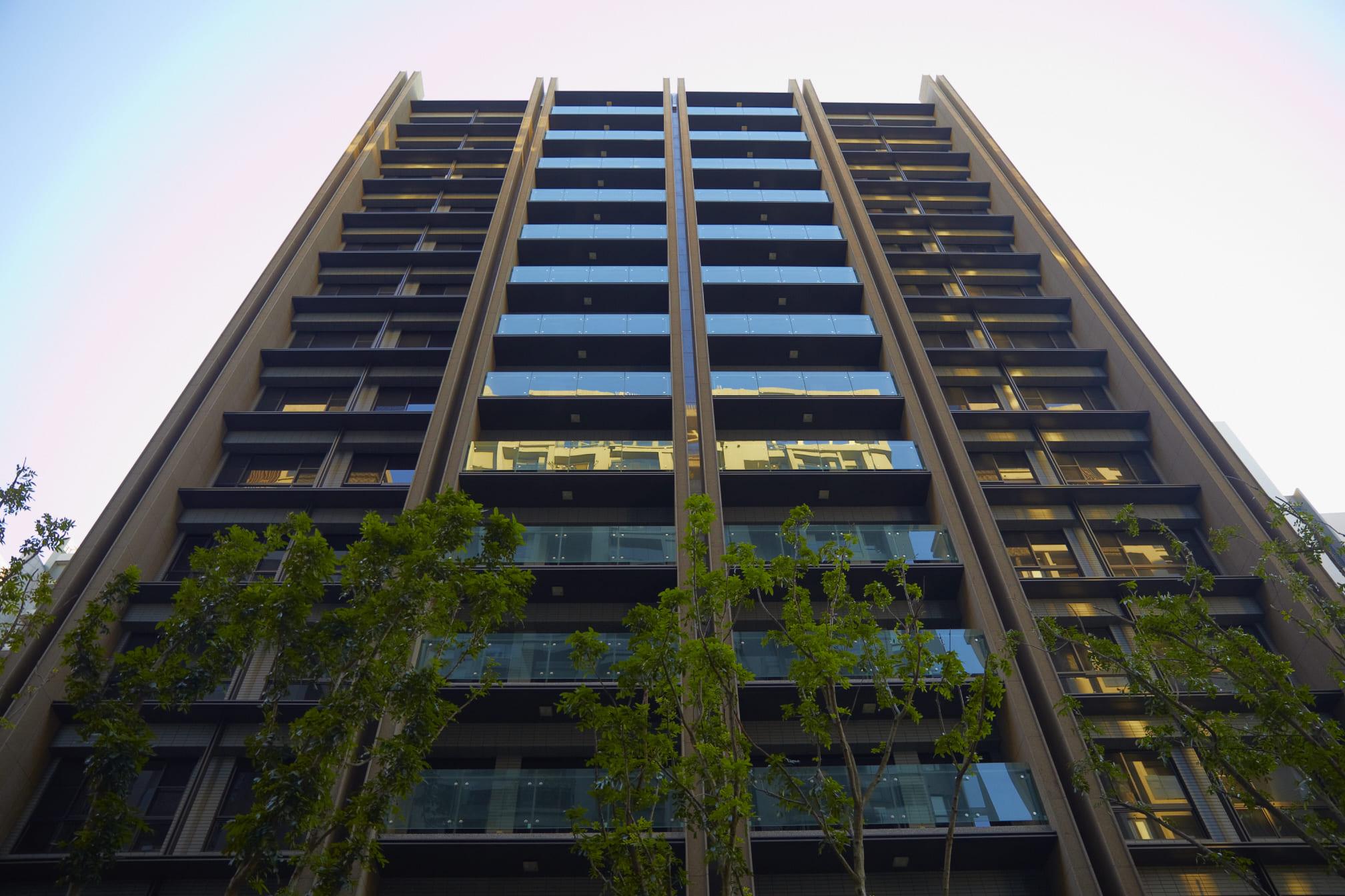 以厚度2.5MM鋁包版,彎折出現代造型線條,取代丁掛磚的呆版樣貌,統一以氟碳烤漆塗裝。外觀設計上以金屬元素搭配抿石線條,勾勒現代簡約沉穩寧靜氣質,襯托居者大器之姿。